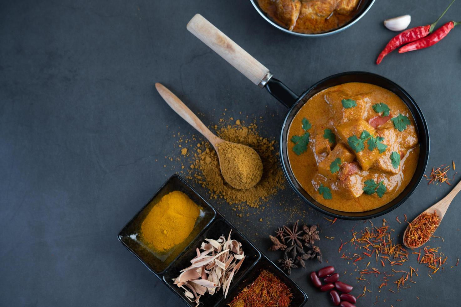 Massaman Curry mit traditionellen Gewürzen foto