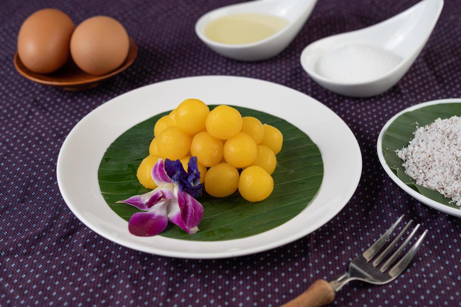 Tanga Yod, thailändisches Dessert auf einem Bananenblatt foto
