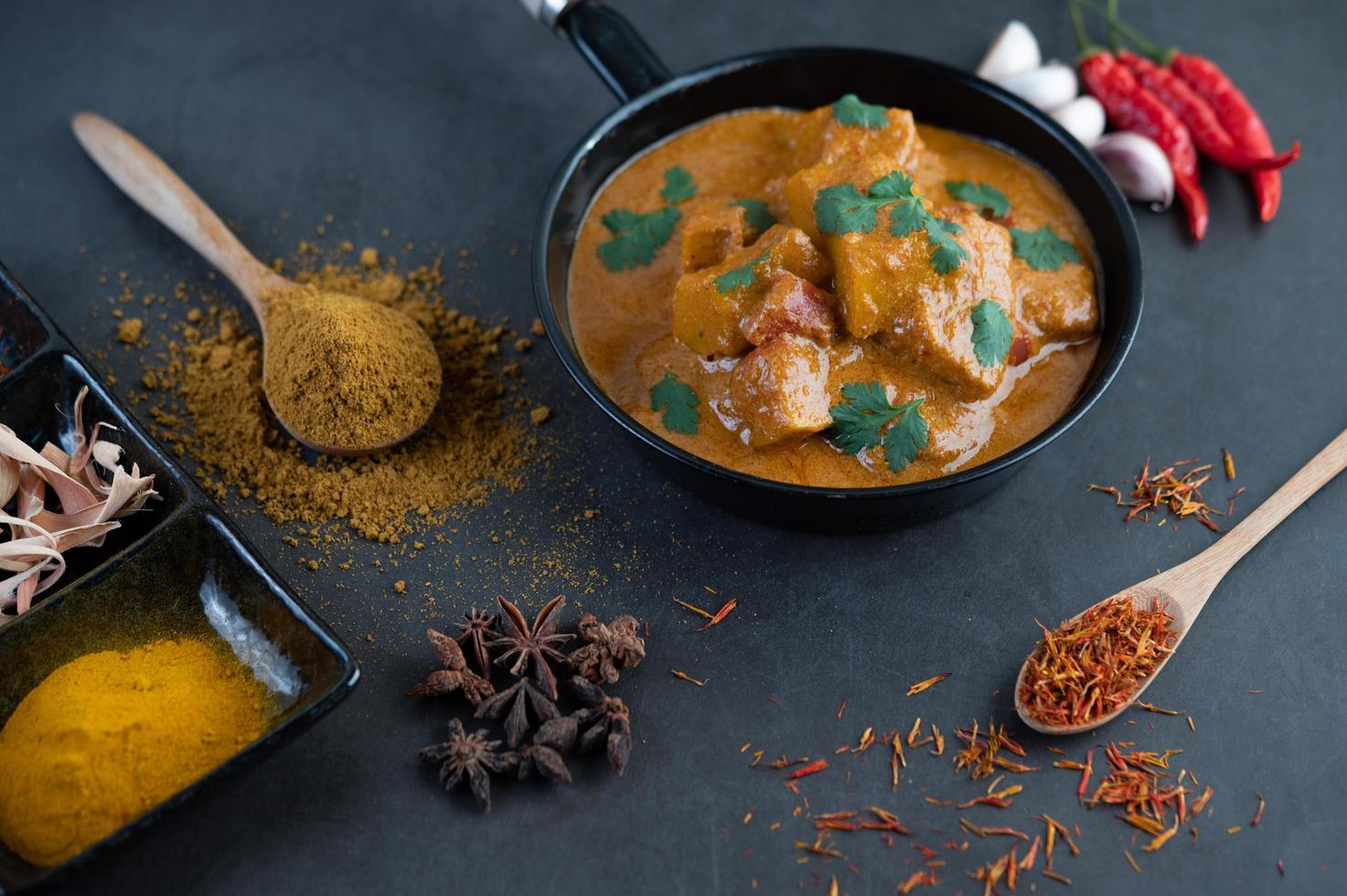 Massaman Curry mit traditionellen Gewürzen foto