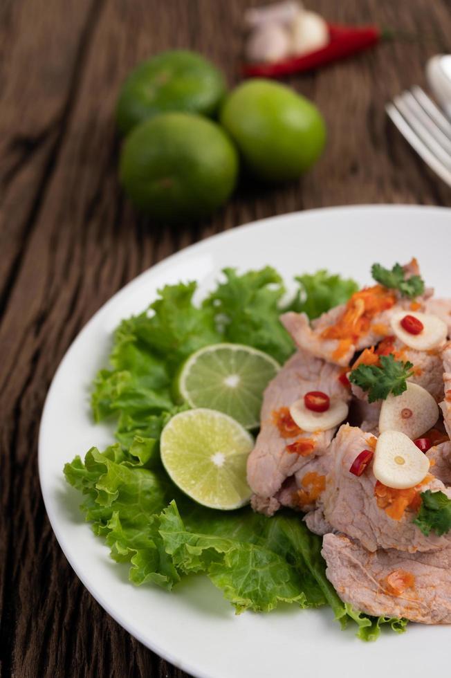 würziges Limettenschweinefleisch mit Salat foto