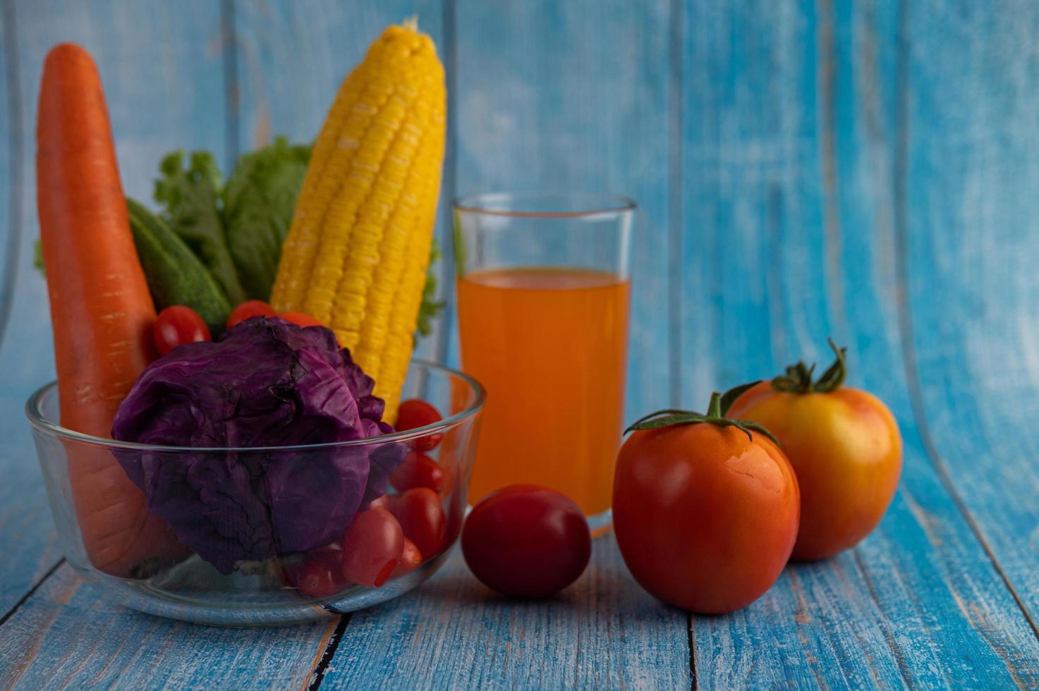 Tomaten, Karotten, Gurken und Purpurkohl foto