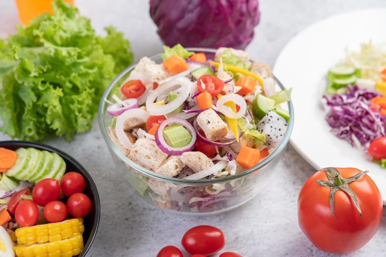 ein überzogener Salat mit Gemüse foto