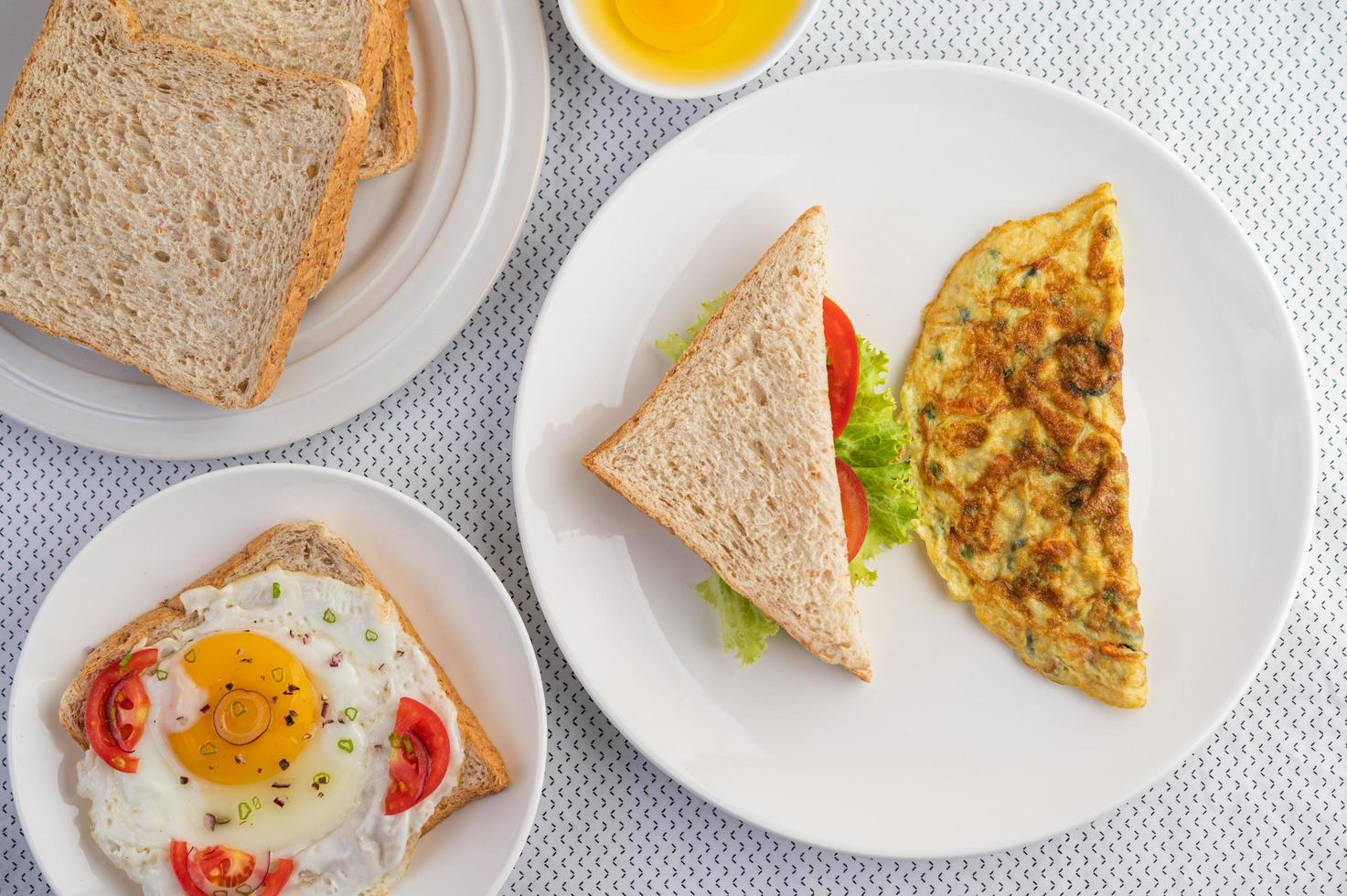 Omeletts und Spiegeleier foto