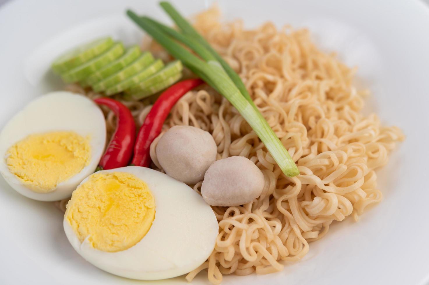 Nudeln mit gekochten Eiern und Gemüse foto