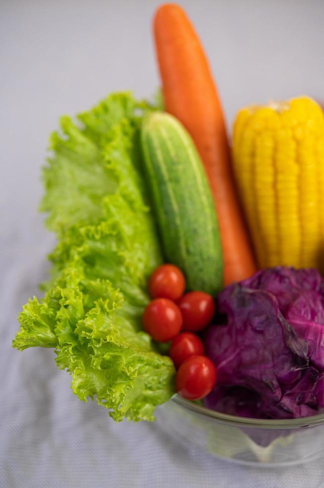 frische Tomaten, Karotten, Gurken, Zwiebeln und Kohl foto