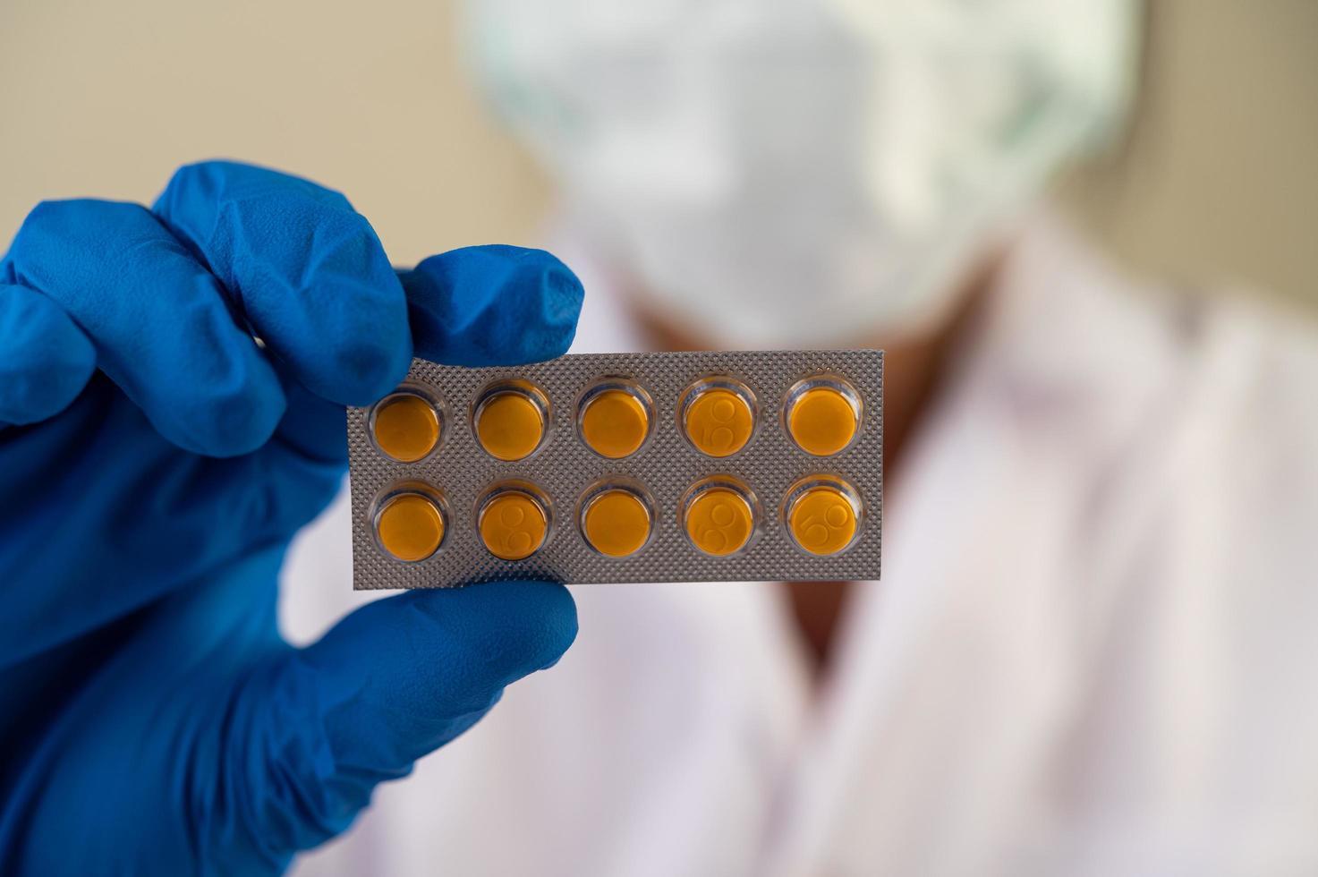 Der Arzt trägt Handschuhe und hält Medizinplatten foto