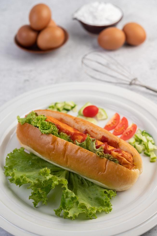 Wurst in Brot und Salat mit Sauce und Eiern mit Mehl foto