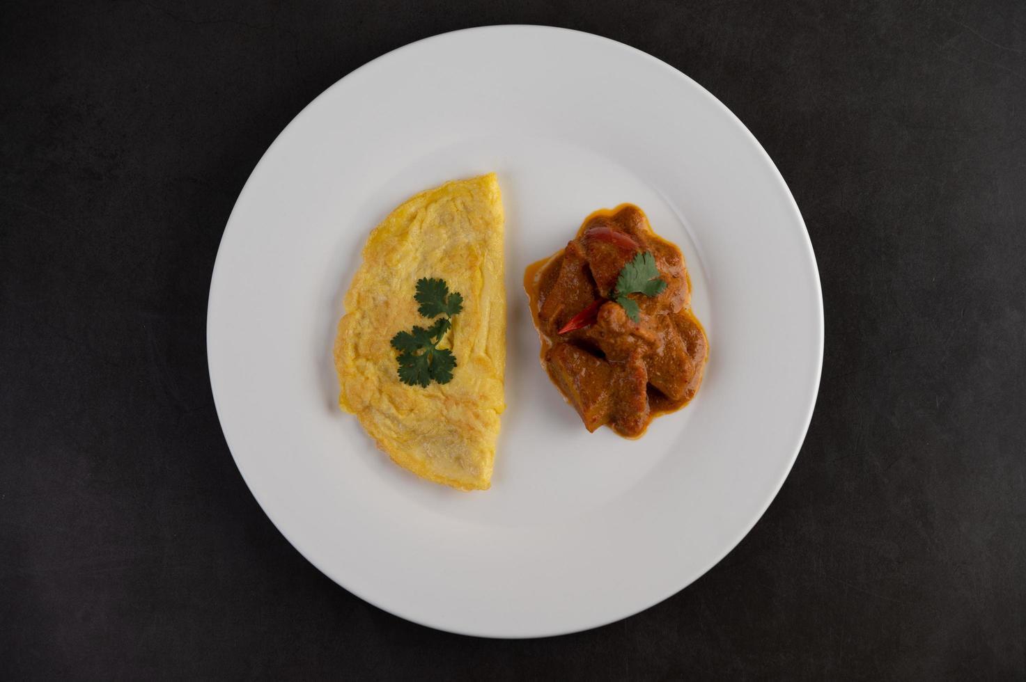 Omelett und Massaman Curry foto