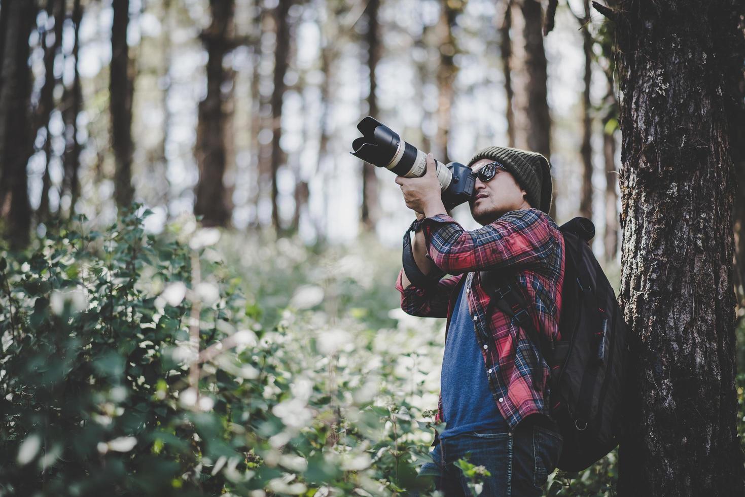 junger Fotograf, der Fotos im Wald macht