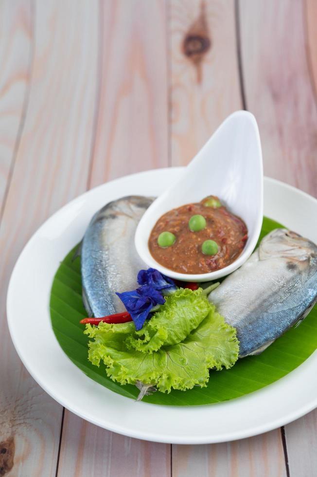 Chilipaste in einer Schüssel mit Makrele foto