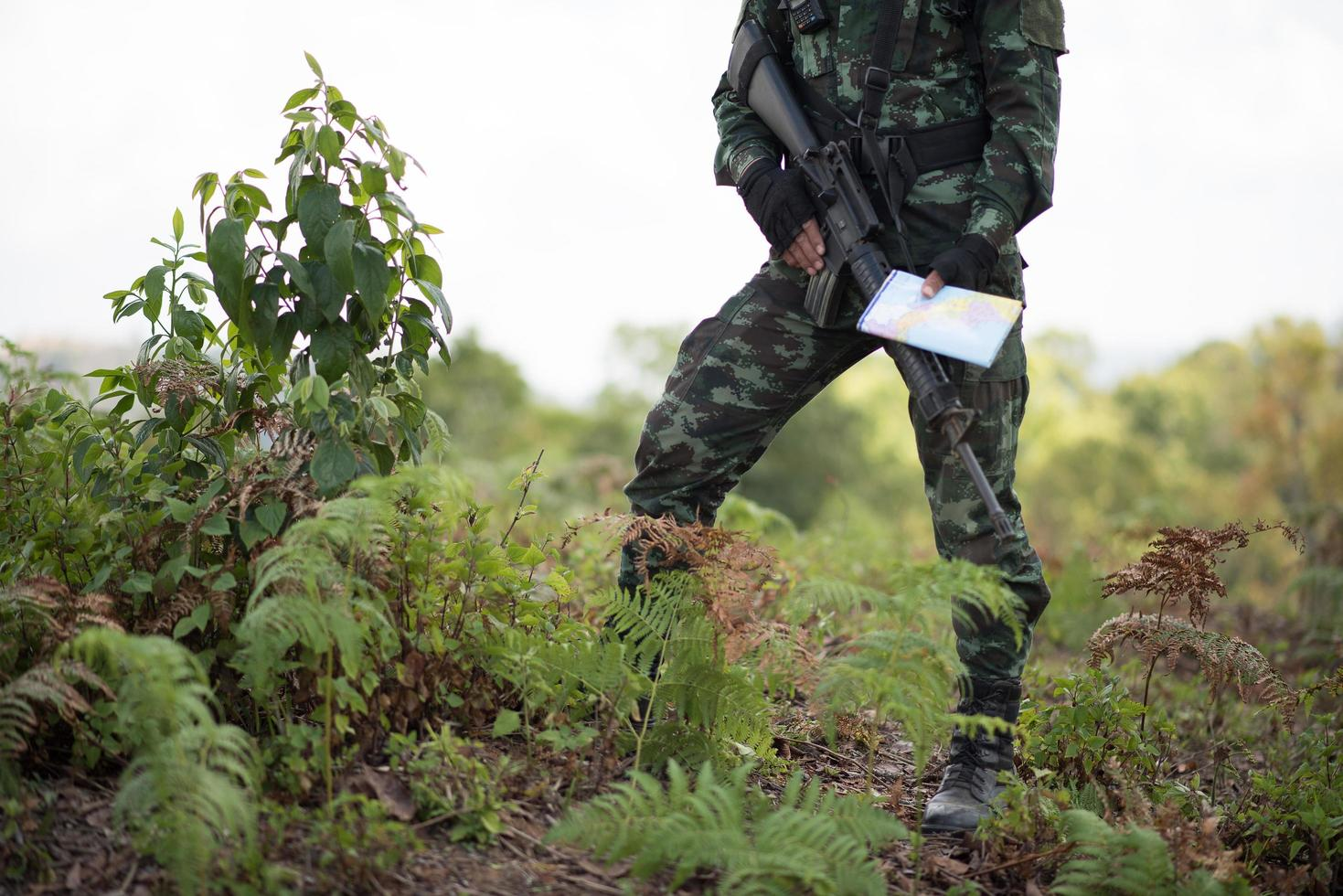 Soldat bereit mit Waffe foto