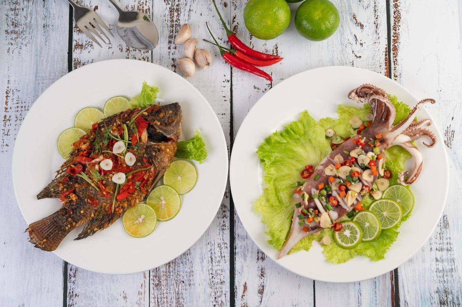 Tilapia gebraten mit Chilisauce und Tintenfisch foto
