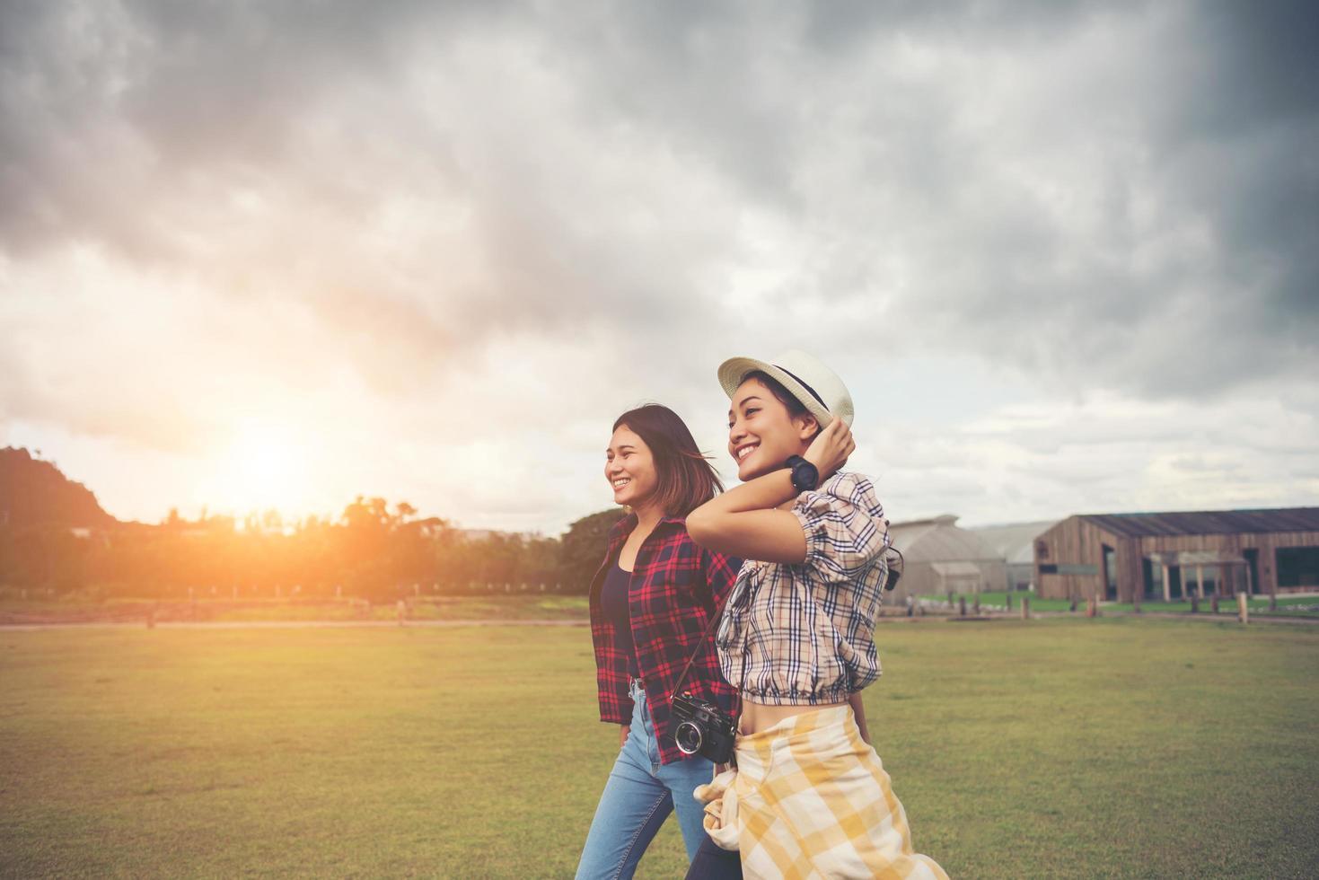 Porträt von lächelnden Mädchen, die im Park gehen foto