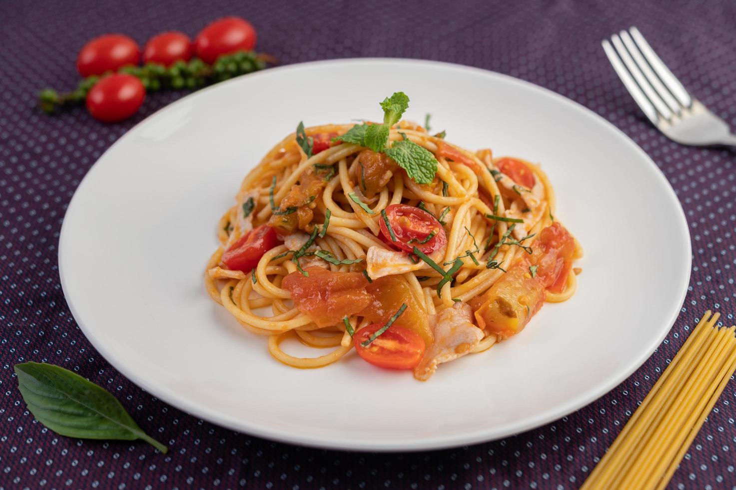 Gourmet-Spaghetti wunderschön auf einem weißen Teller angeordnet foto