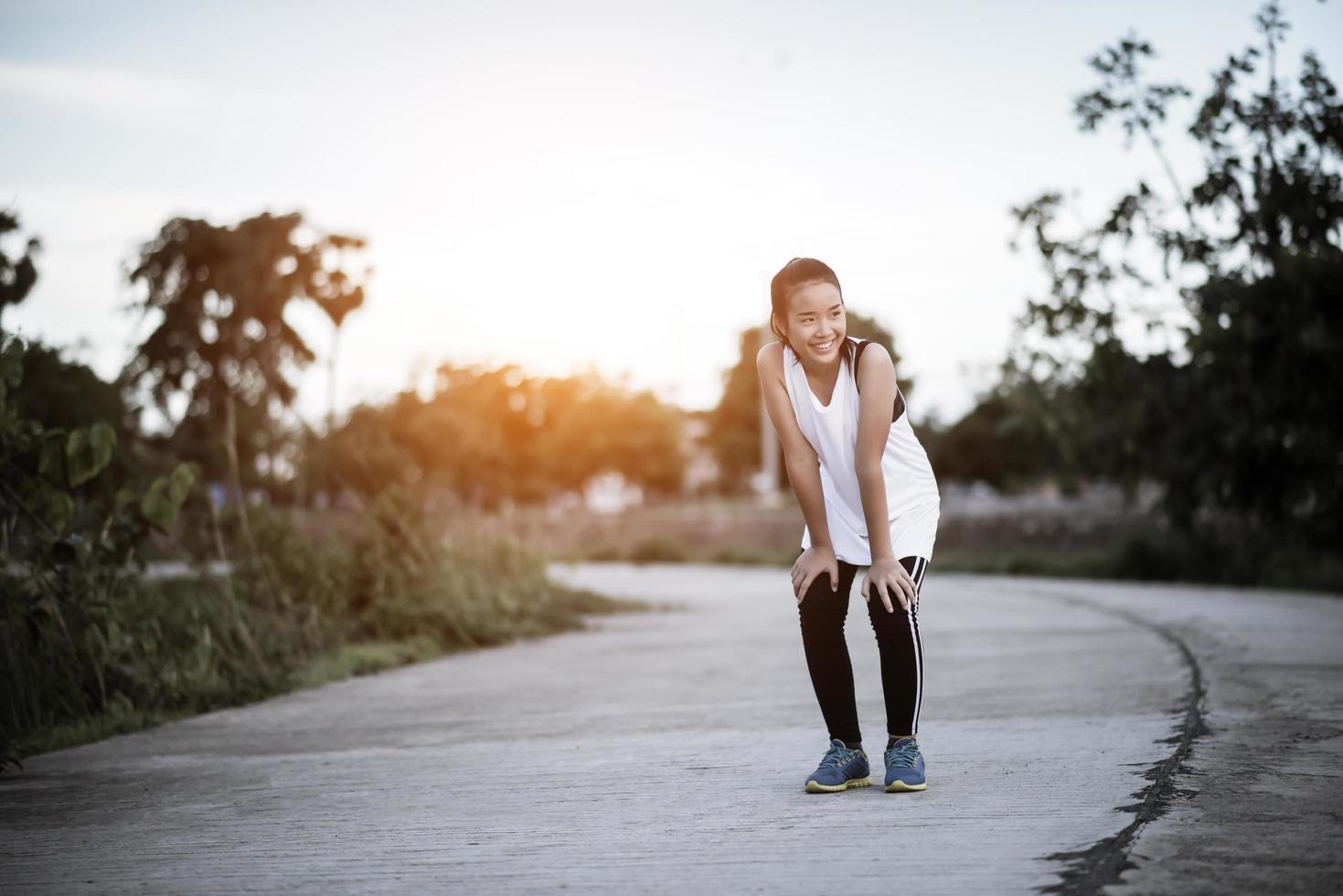 müder Fitnessläufer, der sich nach dem schnellen Laufen ausruht foto