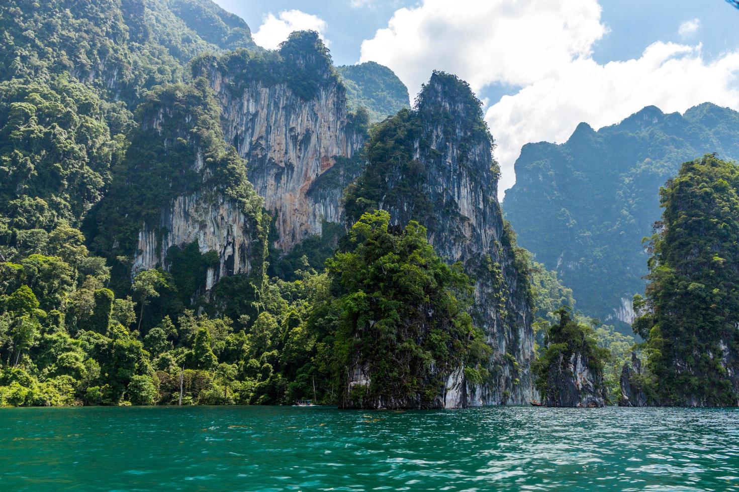 Berge und Wasser mit bewölktem blauem Himmel foto