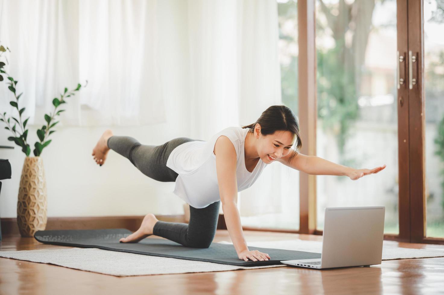 Frau, die virtuell zu Hause trainiert foto