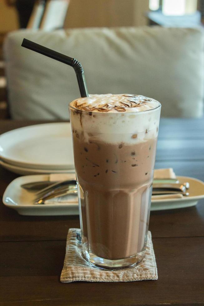 Schokoladenmilchshake auf dem Tisch foto