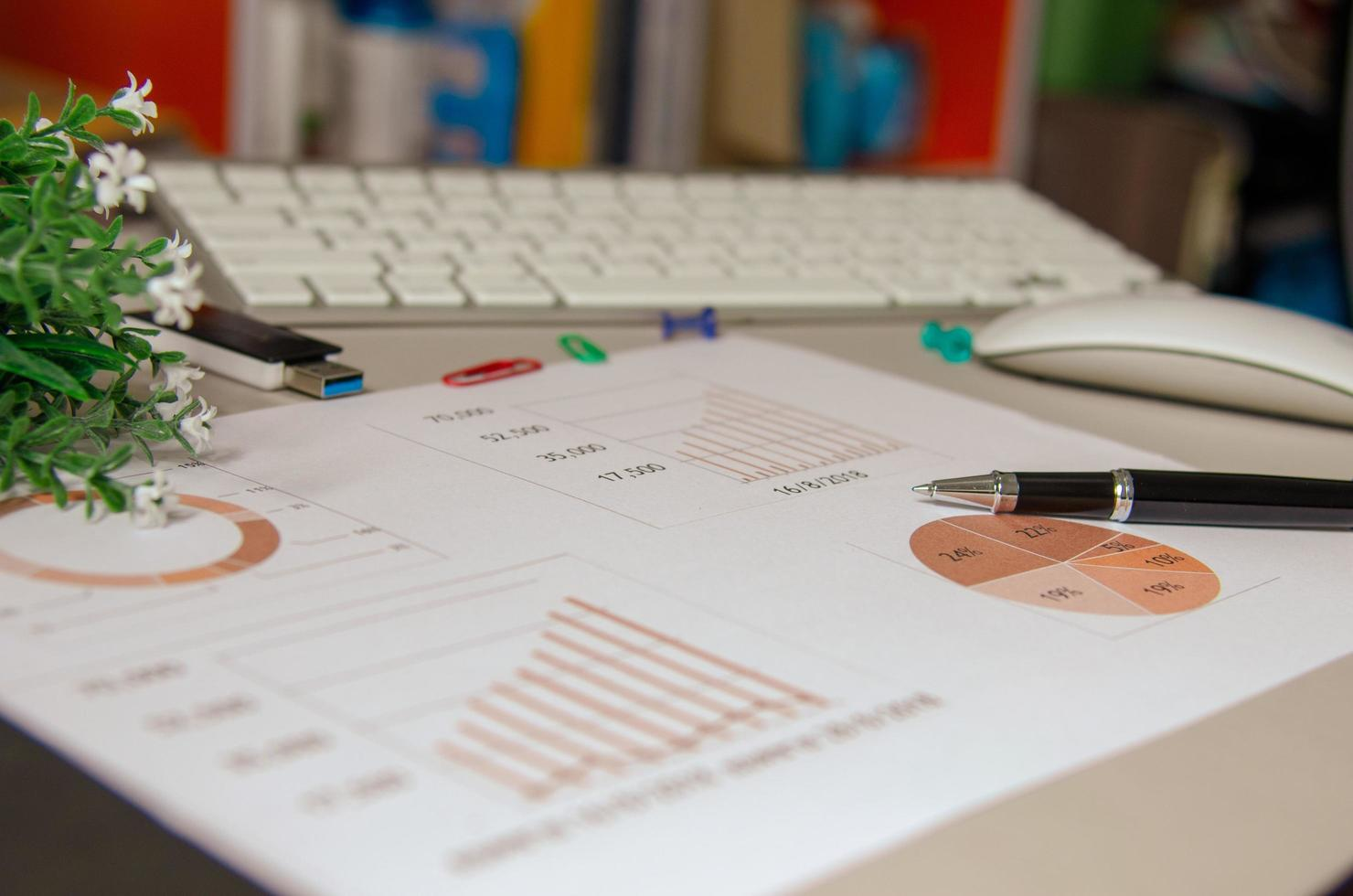 Geschäftsgraph auf dem Schreibtisch foto