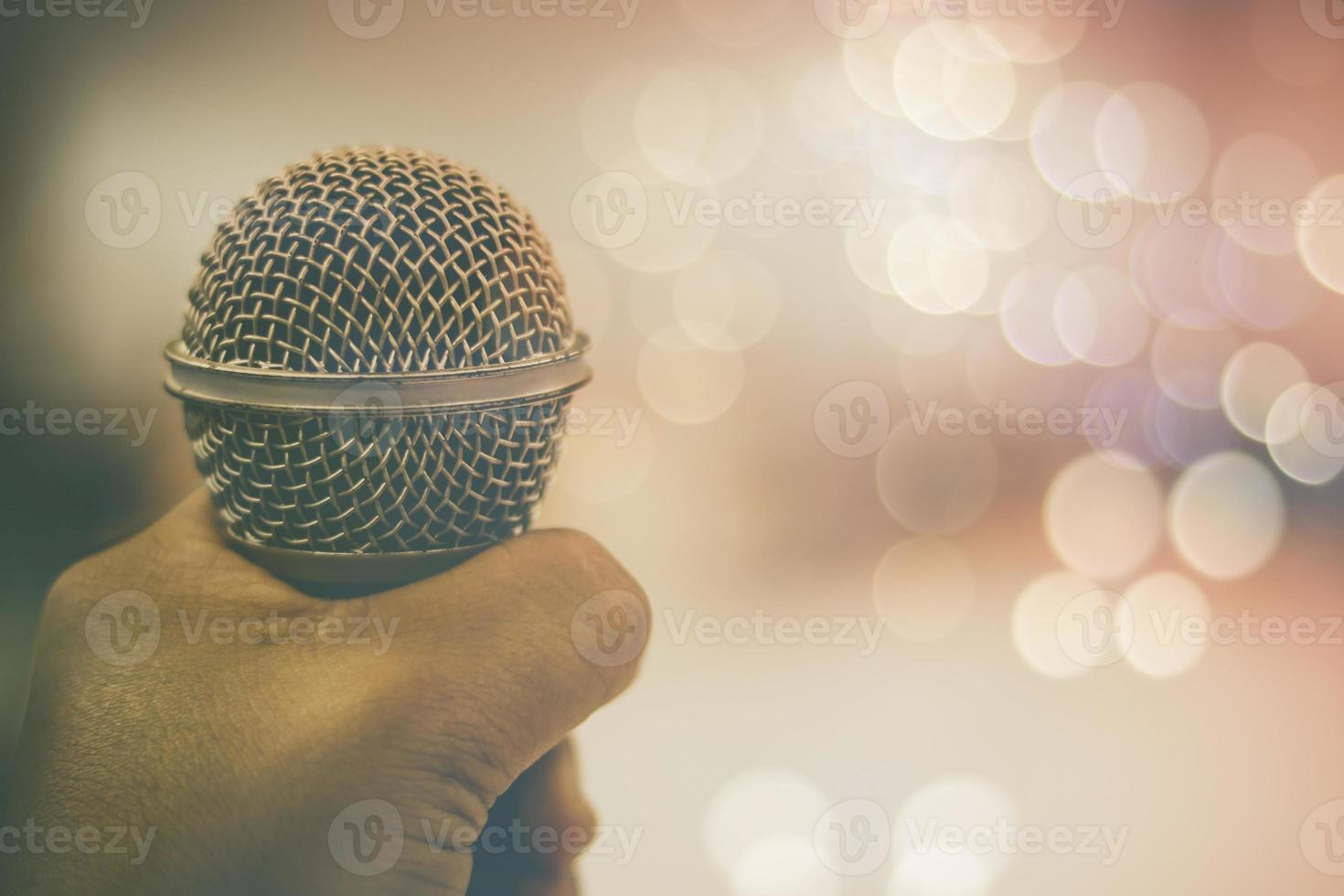Hand hält Mikrofon foto
