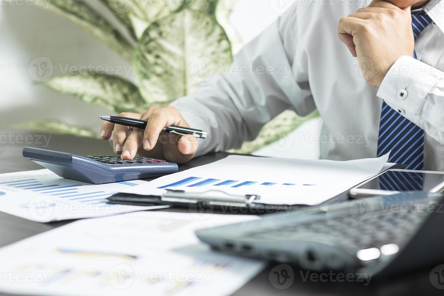 Finanzprofi mit einem Taschenrechner foto
