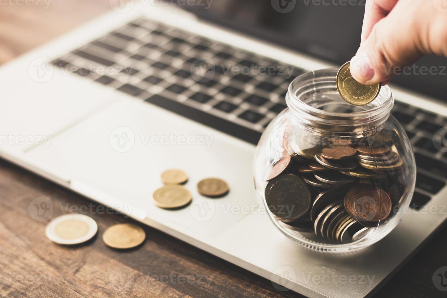 Münzen in einem Glas sparen foto