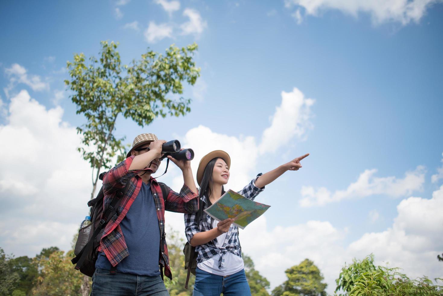 glückliche junge Wanderer, die im Wald stehen foto