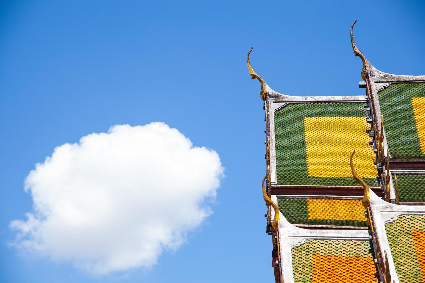 thailändisches Tempeldach und Himmel foto