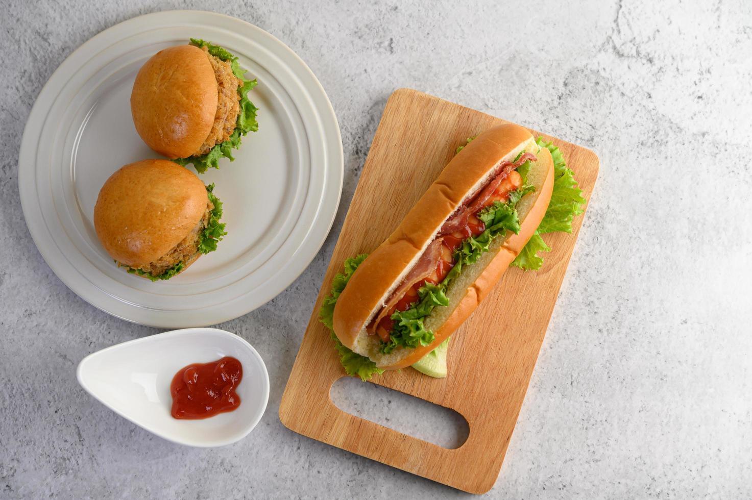 Hamburger und ein Hotdog foto
