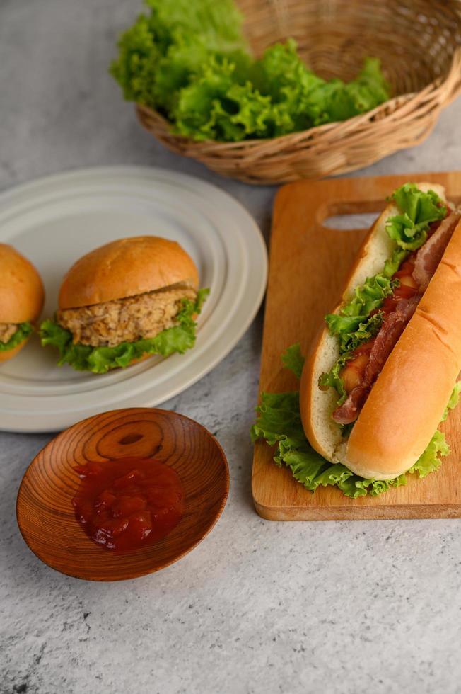 Hamburger und Hotdog mit Salat und Tomatensauce foto