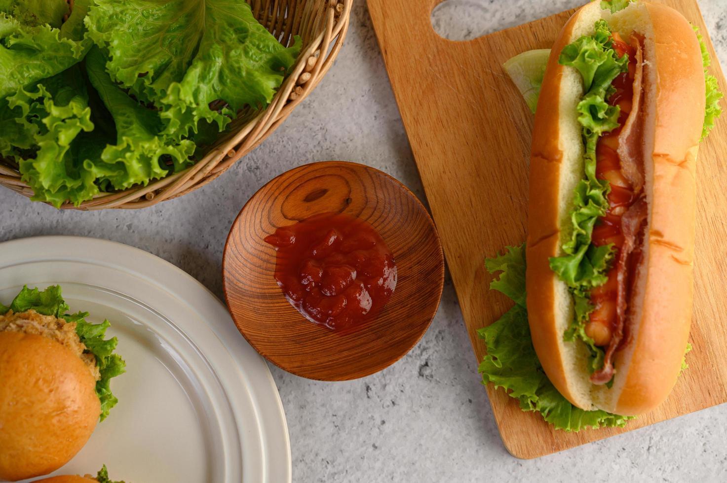 Hamburger und Hotdog mit Salatspeck und Tomatensauce foto