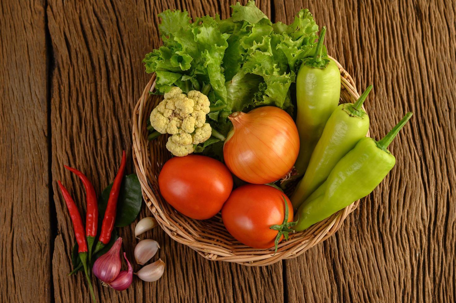Paprika, Tomate, Zwiebel, Salat, Chili, Schalotte, Knoblauch, Blumenkohl und Kaffirlimettenblätter foto