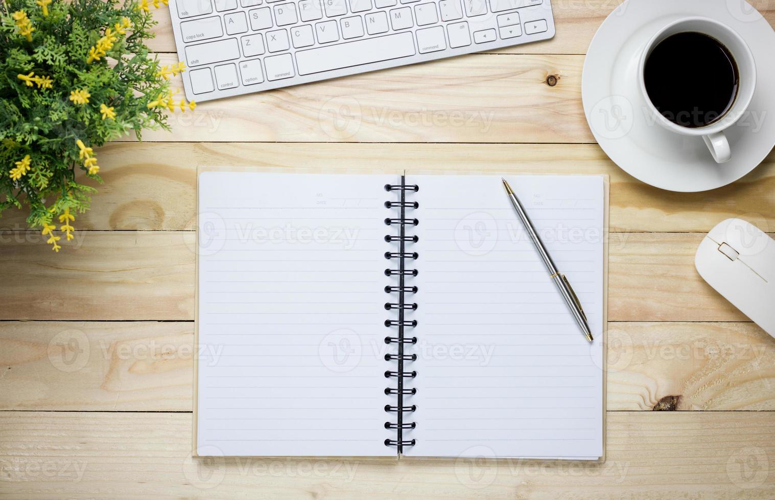 Öffnen Sie das Notizbuch auf einem Schreibtisch foto