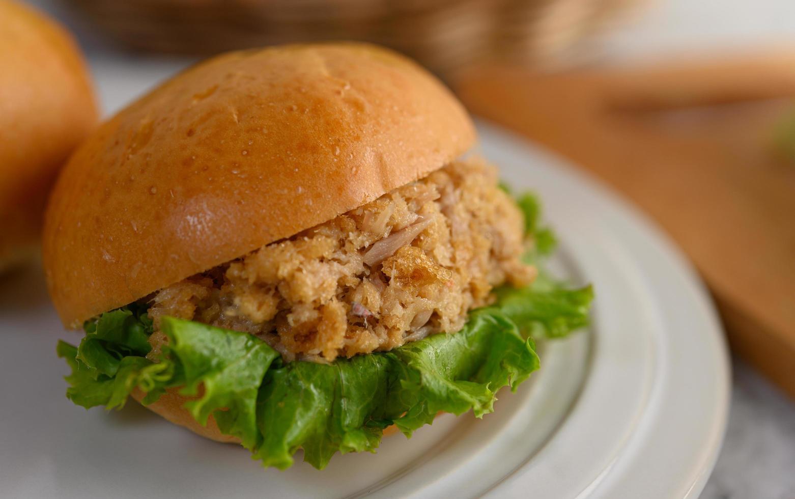 Nahaufnahme von Hamburger auf weiße Schale schön gelegt foto