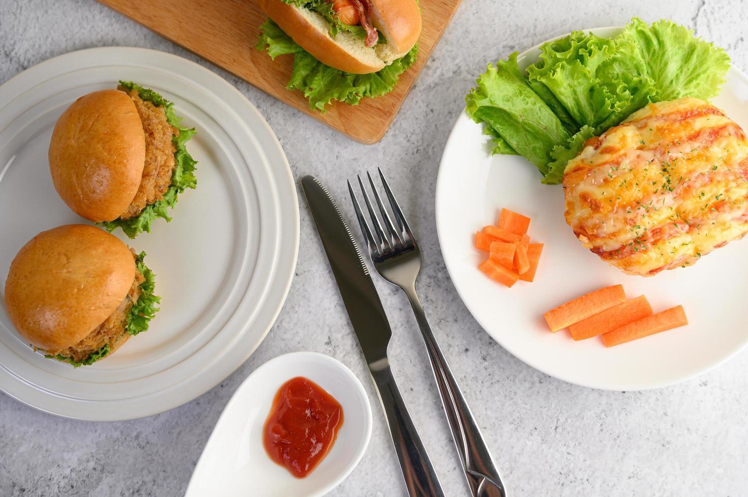 Vorspeisen mit Hamburgern und Wurstbrötchen foto