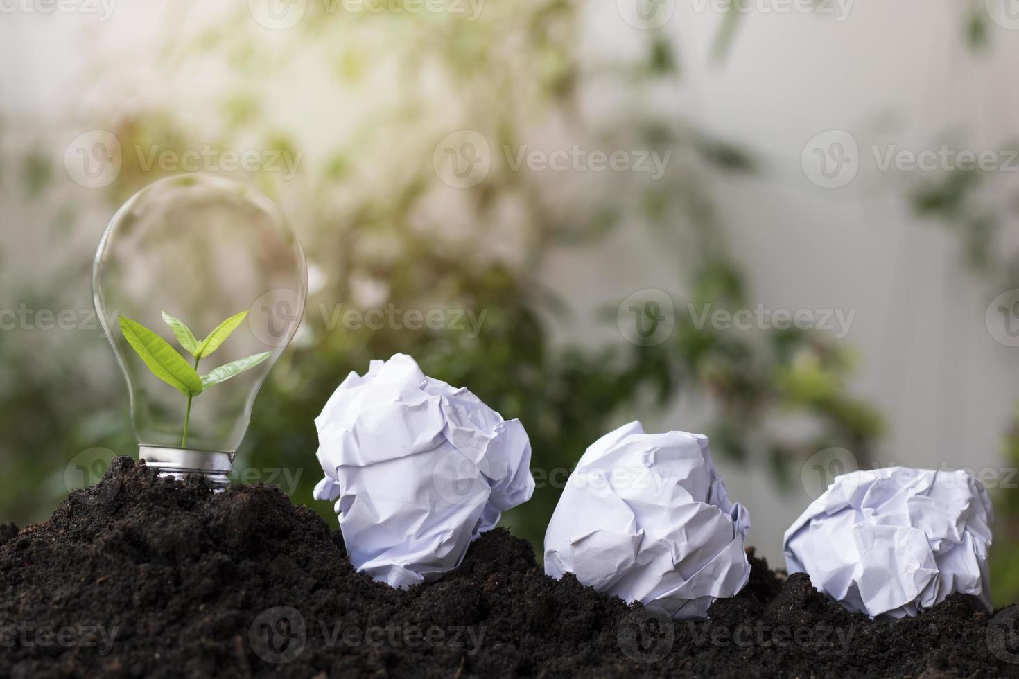 Glühbirne mit zerknitterten Papieren foto
