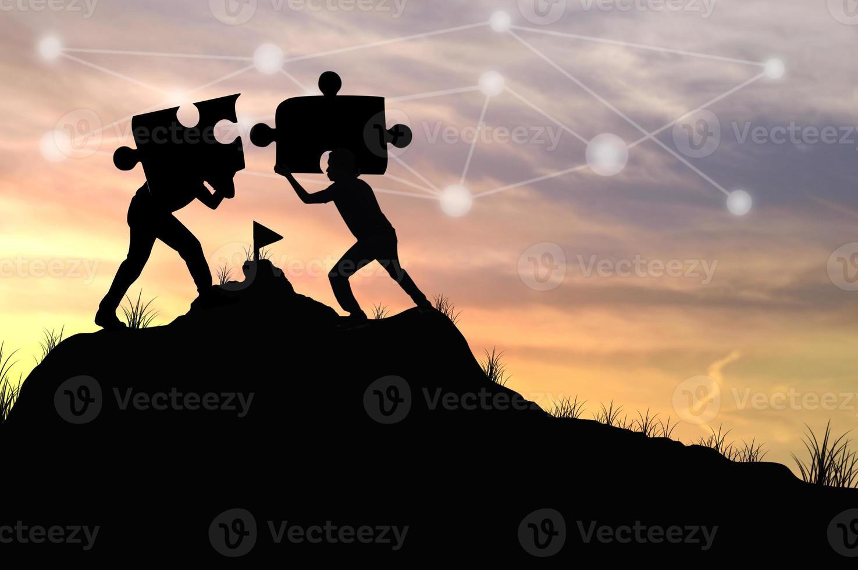 zwei Personen, die Puzzleteile zusammenfügen foto