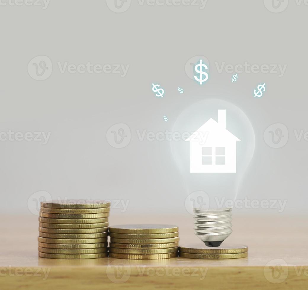 Münzen mit einer Glühbirne foto
