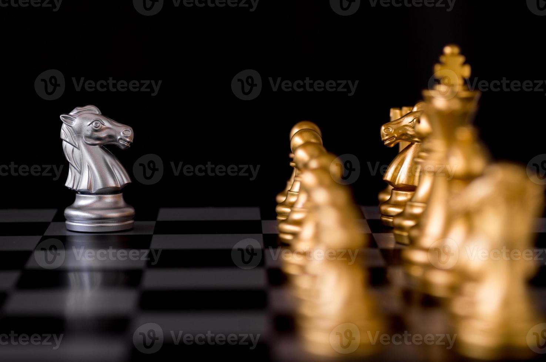 Schachfiguren auf einem Brett foto