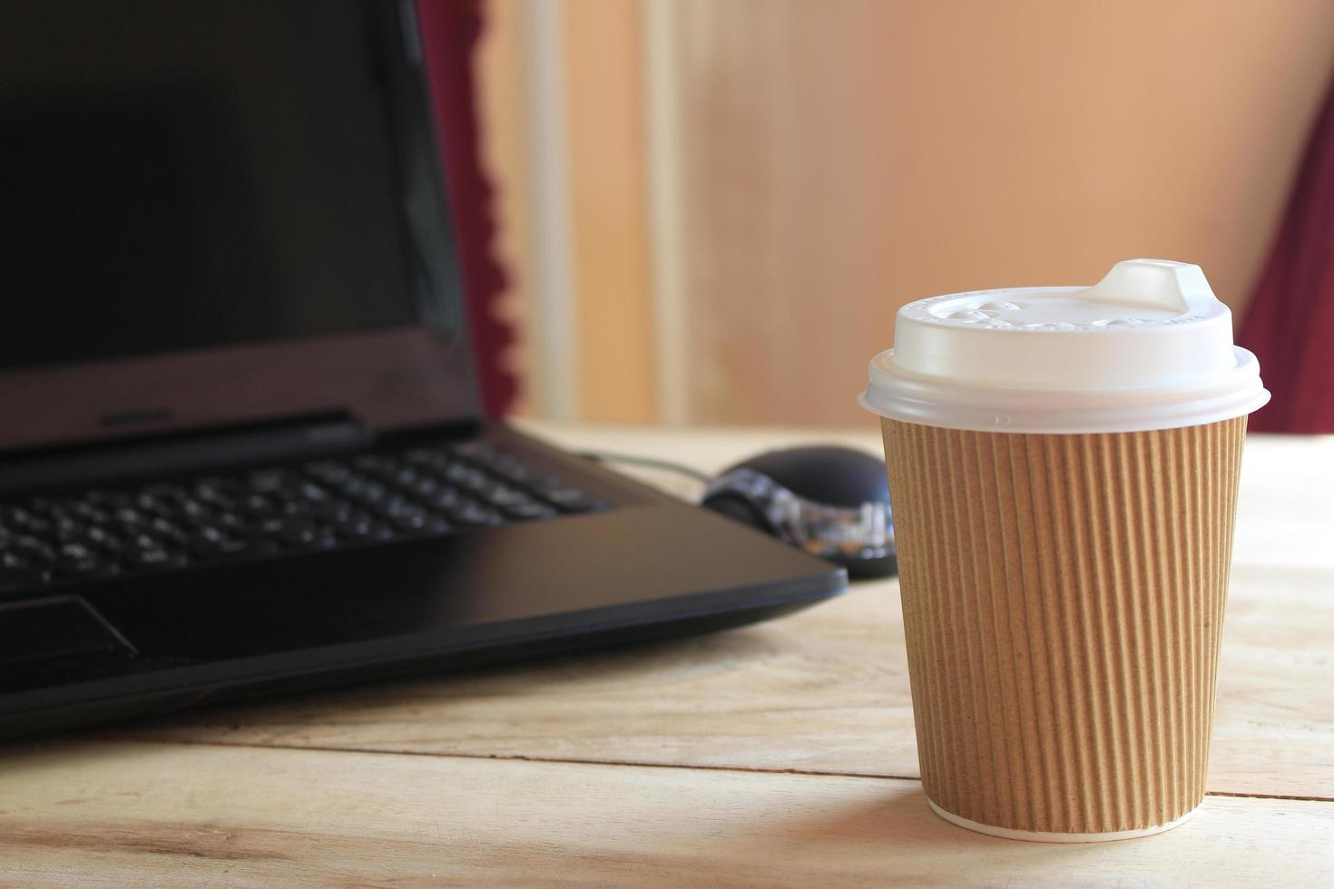 Tasse zum Mitnehmen auf dem Schreibtisch foto