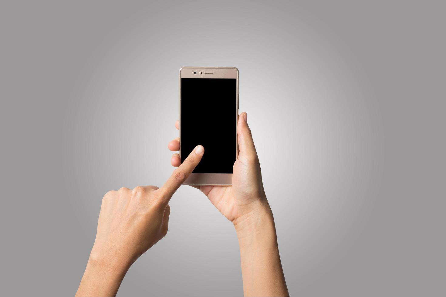 Frauenhand, die ein Telefon lokalisiert auf weißem Hintergrund hält foto