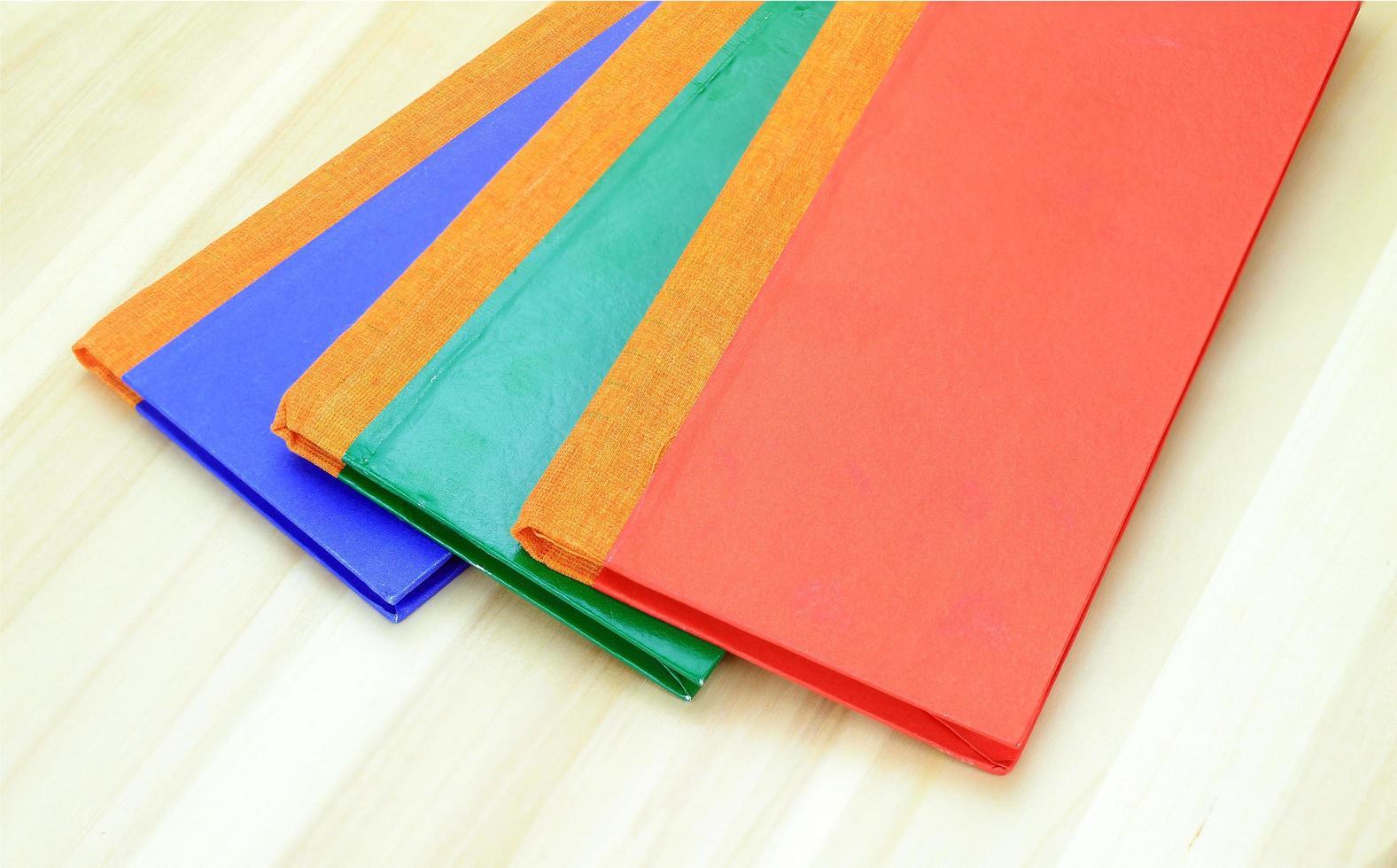 bunte Notizbücher auf Holz foto