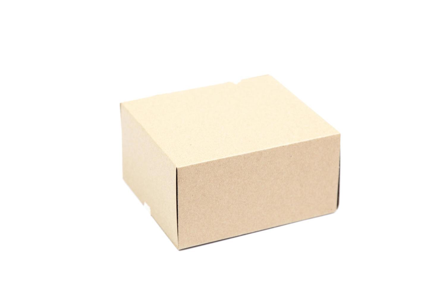 braune Papierbox auf weißem Hintergrund foto