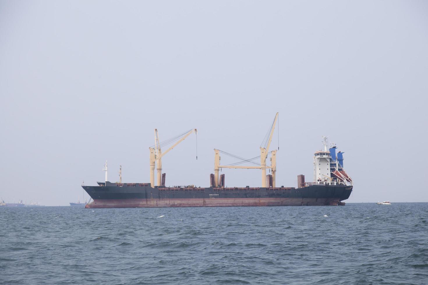 großes Frachtschiff auf dem Meer foto