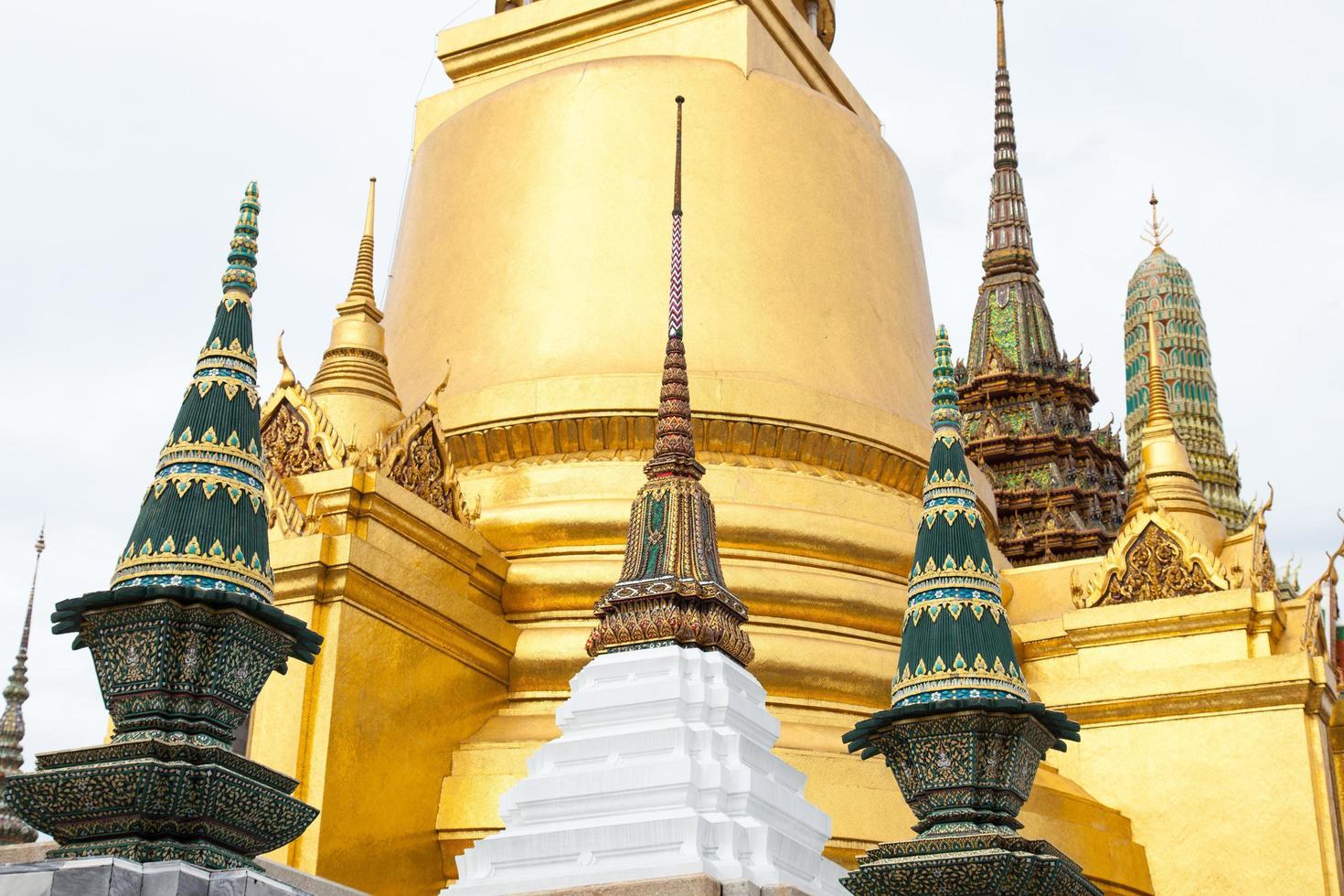 pagode bei wat phra kaew in thailand foto