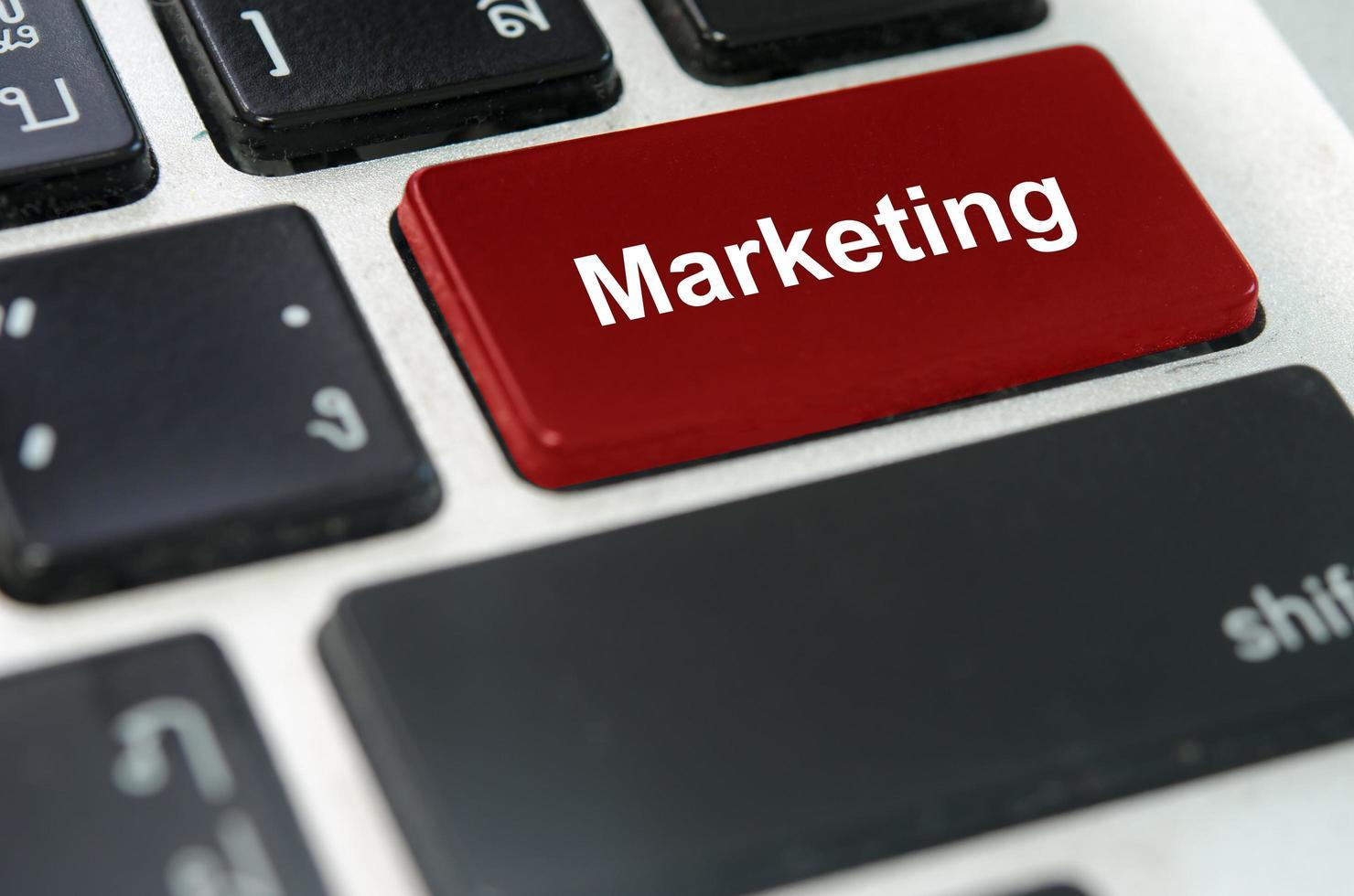 roter Marketingknopf auf einer Tastatur foto