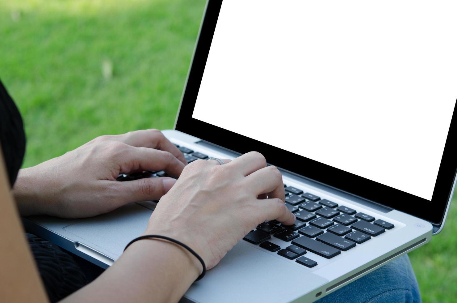 Frau, die an leerem Laptopbildschirm arbeitet foto