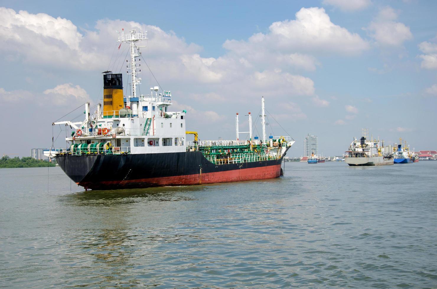 Schiffsladung auf See foto