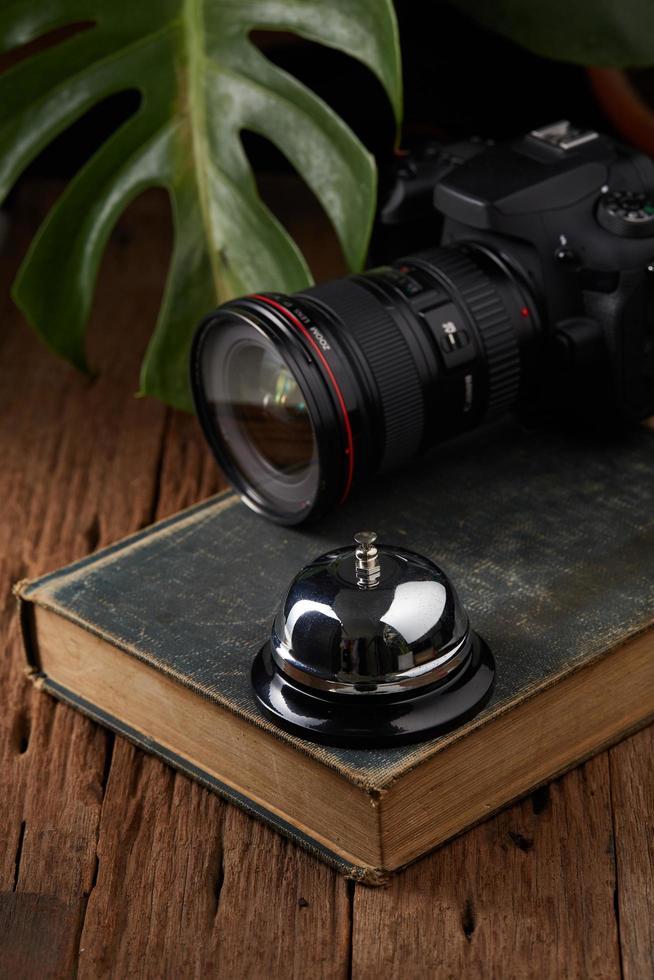 Serviceglocke und Kamera auf Buch foto