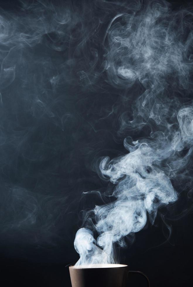 Dampf aus Kaffee auf Schwarz foto